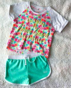 tee-shirt à fleurs et short menthe