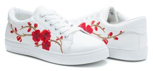 chaussure blanche fleur rouge